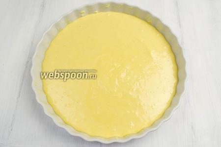 Дно и боковые стенки формы смазать куском холодного масла. Вылить тесто в форму.