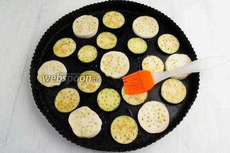 Разложить подготовленные кольца баклажанов на противень. Смазать маслом. Поставить в горячую духовку на 20 минут (через 10 минут перевернуть).