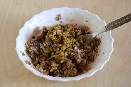 Оливки мелко нарубите ножом и тоже добавьте в миску. Перемешайте. На этом этапе можно добавить и оливковое масло, если вы использовали сардины в рафинированном масле.