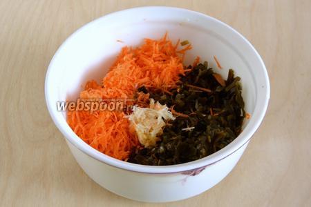 Чеснок и имбирь натрите на мелкой тёрке и добавьте в миску. Приправьте соевым соусом и уксусом.
