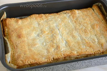 Выпекайте пирог в разогретой до 190-200°С духовке до золотистой корочки. Готовый пирог немного остудите и подавайте к столу в тёплом виде.