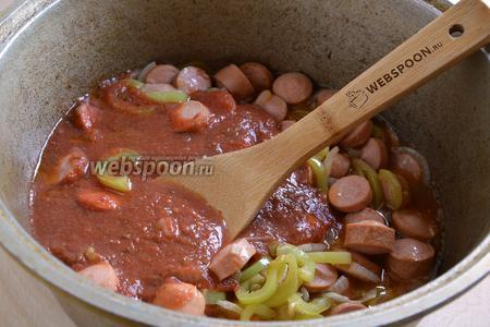 Влейте консервированные томаты.