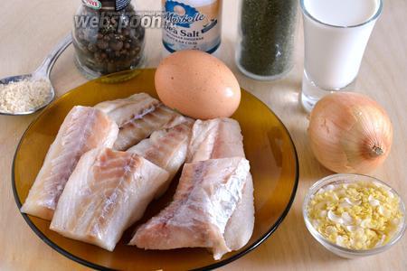 Подготовьте необходимые ингредиенты: филе минтая, лук, сливки, хлопья, яйцо, соль, перец, сухой укроп и панировочные сухари. Также понадобится маленький кусочек сливочного масла для смазывания чаши пароварки.