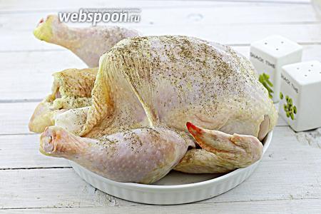 Курицу промойте, удалите оставшиеся волоски. Обсушите бумажной салфеткой. Натрите со всех сторон и внутри солью и перцем.