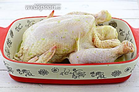 Полейте приготовленным маринадом и внутри тоже. Отжатый лайм положите вовнутрь курицы.