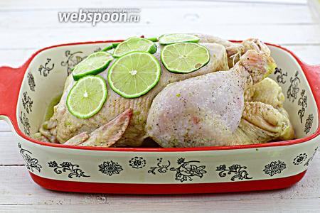 Нарежьте второй лайм тонкими кружочками. Уложите на грудку. Отправьте в духовку (180°C) до румяной корочки, на 1-1,5 часа. Периодически поливайте образовавшимся соком.