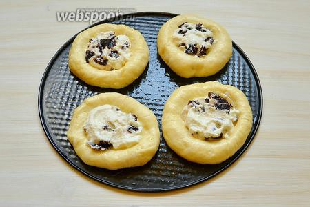 На лепёшки выкладываем начинку и отправляем в горячую (180°С) духовку на 20 минут.