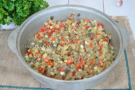 Добавляем перец к овощам в сотейник и продолжаем мешать и жарить.