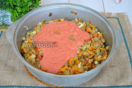 В сотейник добавить лук с морковью и томаты. Перемешаем и тушим на среднем огне. Добавляем соль и сахар. Тушим 15 минут.