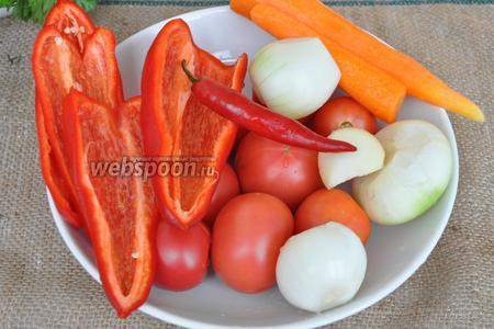 Овощи моем и чистим. У перцев удаляем семена и плодоножку.
