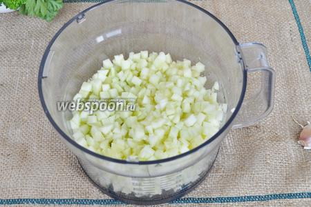 Патиссоны чистим от кожуры, удаляем семена и режем на мелкий кубик.