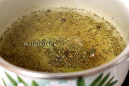 Вскипятить воду, добавить палочку корицы, пряности, соль и сахар. В конце, отставив кастрюлю, добавить уксус. Отваренные грибы поместить в маринад, проварить ещё 20 минут при медленном кипении. Остудить. Можно отваренные грибы залить подготовленным маринадом (обычно уксуса для такого способа берут немного больше), остудить, добавить в банку по 1 ложке подсолнечного масла, накрыть крышками и поставить в холод. Таким грибам нужно время для готовности (1-2 недели), чтобы они полностью пропитались маринадом.