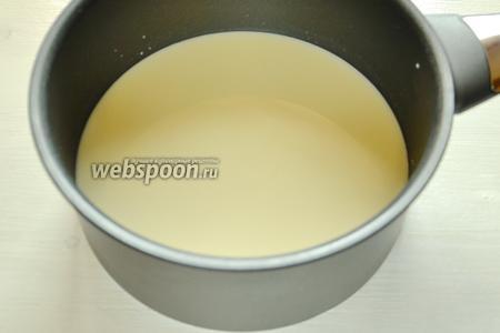 Ставим сотейник с молоком на плиту и начинаем нагревать молоко, добавляем сахар и щепотку соли. У меня сотейник с антипригарным покрытием и толстым дном, поэтому я не беспокоюсь, что каша пригорит.