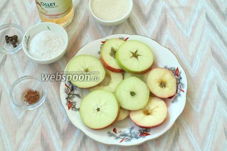 Из яблок удалить сердцевину и нарезать их кружками. Можно просто дольками, удалив семечки.