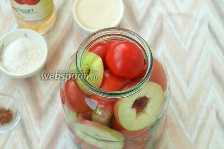 Наполнять банку помидорами, перекладывая их яблоками, так, чтоб кружочки прилегали к стенкам банки. Наполнить до верха.