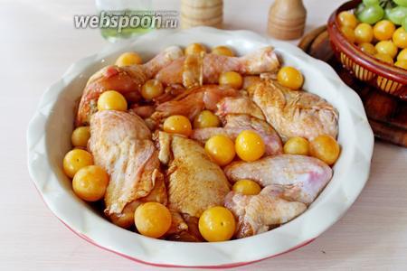 Между кусочками курицы выложить промытую и обсушенную сливу.