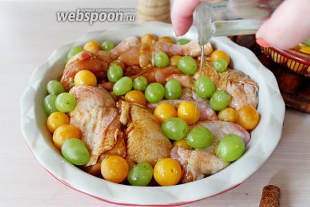 Полить сверху 1 ст. л. оливкового масла и поставить в заранее разогретую духовку (180°С) на 45-50 минут, до полной готовности.