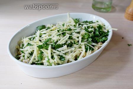 Сверху распределить натёртый сыр с измельчённой зеленью петрушки. Выпекать при 180°С минут 30.