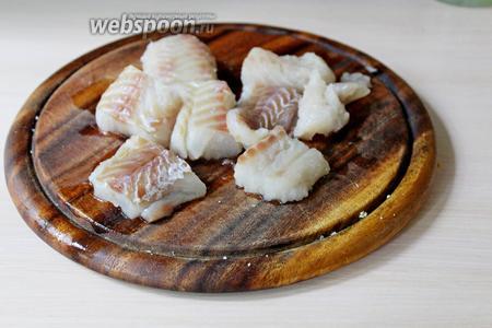 Рыбу нарезать на небольшие кусочки, посолить.