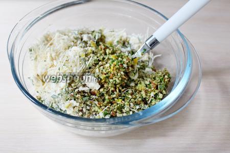 Соединить сырный штрейзель с измельчённым лимоном, с зеленью, сухарями (2 ст. л.) и перемешать.