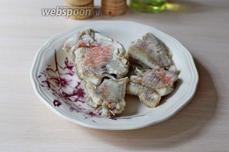 Рыбу разделать, почистить, промыть и отварить до готовности в воде с солью, лавровым листом и душистым перцем. Вынуть рыбу.