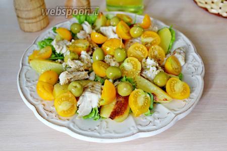 Поверх выложить кусочки рыбы, оливки, помидорки черри и полить оставшимся соусом. Подавать сразу!!!