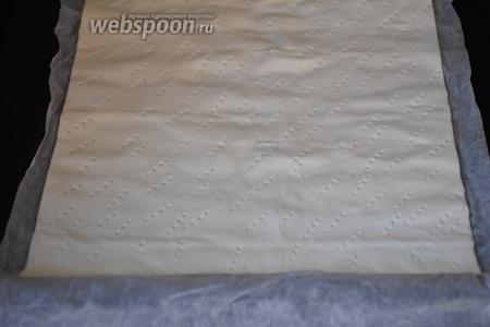 Слоёное тесто тонко раскатать в 2 прямоугольника. Наколоть вилкой и выпекать в предварительно разогретой до 200°С духовке, 5-7 минут.