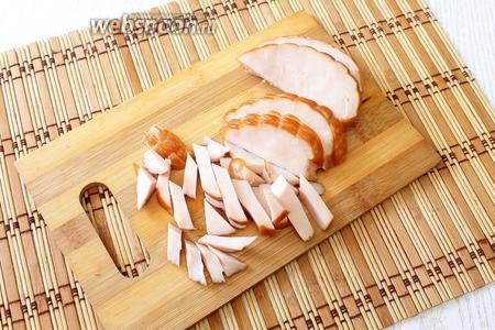 Курицу нарезаем соломкой.