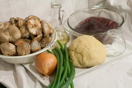 Тесто для пельменей у нас уже приготовлено. Вы можете выбрать любое, по своему вкусу. Для начинки понадобится печень (вместо бараньей можете использовать говяжью!), свежие шампиньоны (у нас урожай луговых шампиньонов, собранный в саду!), репчатый и зелёный лук, соль, растительное и сливочное (для подачи) масло.
