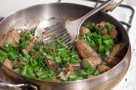 При «схватывании» печени добавляем соль и кусочки зелёного лука.