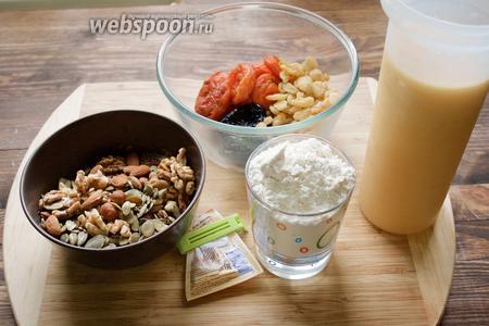 Для приготовления пирога нам понадобится смесь сухофруктов и орехов, сок апельсиновый (или любой по вкусу), пшеничная мука, корица и разрыхлитель. В этот раз в орехо-фруктовую смесь у меня входят чернослив, курага, изюм, смесь орехов, тыквенные семечки, льняное семя и кунжут.