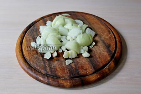 Пока варится фасоль, займёмся соусом. Лук и чеснок нарезать мелко.