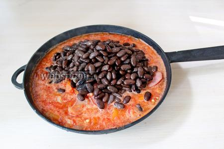 В соус добавить фасоль, перемешать. Вылить в форму (сковороду для запекания).