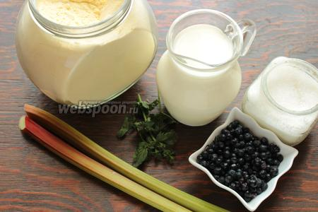 Для приготовления каши, понадобится: манка, молоко, сахар, масло, ревень, черника, лимон.