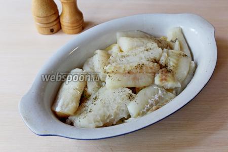 Сверху выложить нарезанное на кусочки филе минтая, приправить по вкусу.