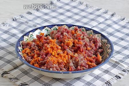 Мясо перекрутить на мясорубке вместе с 1 луковицей и 1 морковью. Туда же добавить 1/2 острого перца. Чеснок в фарш не добавляю, только в подливу.