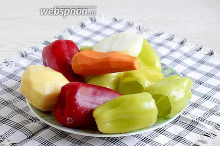 Перцы очистить от плодоножек, вынув зёрнышки и перегородки. Остальные овощи тоже подготовить.