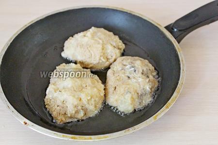 Подготовленные зразы обмакнуть во взбитое яйцо и обвалять в сухарях. Обжарить с 2 сторон на небольшом огне.
