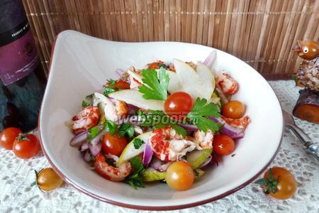 Салат с раковыми шейками и грушей
