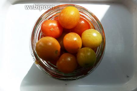 Заполняем банку помидорами черри.