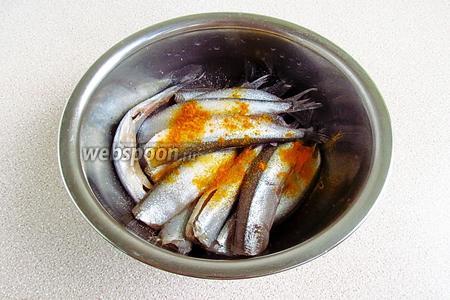 Мойву посыпать солью и куркумой.
