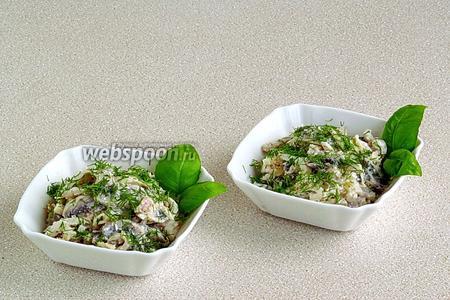 Подать салат порционно, украсив зеленью.