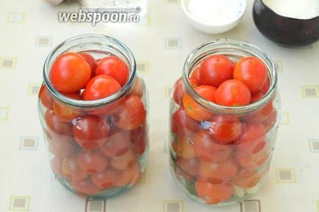 Наполнить банки плотно помидорами.