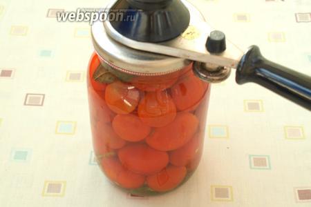 Горячим маринадом залить помидоры и сразу закатать ключом.