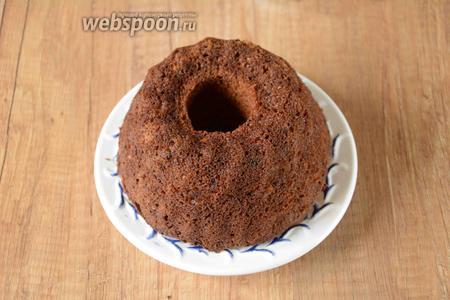 Готовый кекс необходимо полностью остудить, затем выложить из формы на сервировочную тарелку.