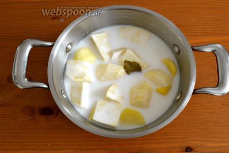 Выложить овощи в кастрюлю, залить молоком, пополам с водой. Добавить лавровый лист и соль. Варить всё до готовности овощей.