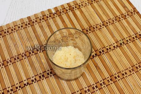 В холодном пастеризованном молоке размешиваем желатин и даём ему набухнуть.