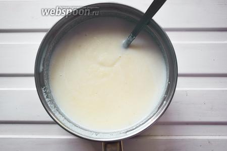 Сварим манную кашу. Вскипятим молоко, всыплем сахар, положим лимонную цедру и тонкой струйкой будем сыпать крупу, постоянно мешая ложкой. Как только каша загустеет — снимаем с огня и остужаем.