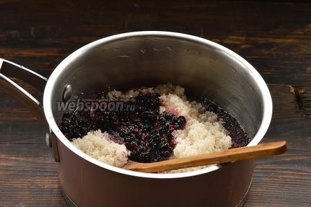 Проварить ягодное пюре с водой на протяжении 10 минут. Добавить сахар.