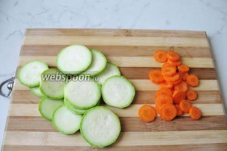Кабачок помыть, морковь почистить и помыть. Морковь и кабачок нарезать кружками.